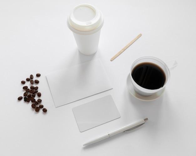 Креативный ассортимент кофейных элементов под высоким углом