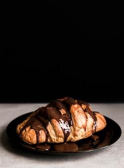 とろけるチョコレートのハイアングルクロワッサン