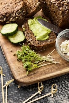 Alto angolo di fette di cetriolo e pane per panini
