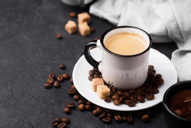Чашка горячего кофе под высоким углом