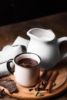 Чашка под высоким углом с ароматным горячим шоколадным напитком