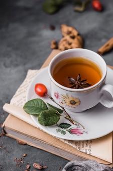 Чашка высокого угла с чаем и звездчатым анисом