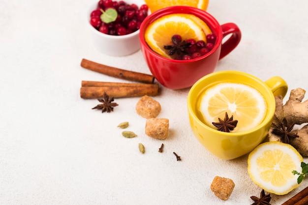 Чашки под высоким углом с ароматом лимона и чая женьшеня