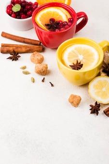 Чашки под высоким углом с ароматом лимонного чая