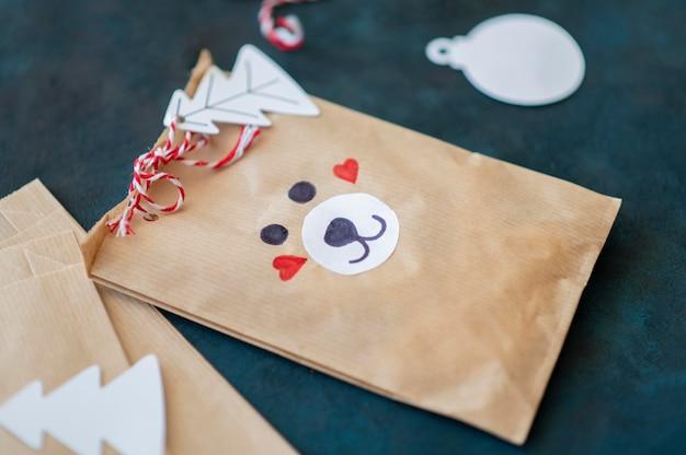 Alto angolo del sacchetto regalo di natale decorato orso carino