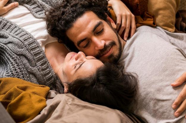 소파에 함께 누워 높은 각도 귀여운 커플