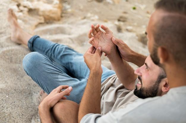 砂の上の高角度のかわいいカップル