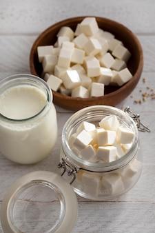Ассортимент молочных продуктов под высоким углом