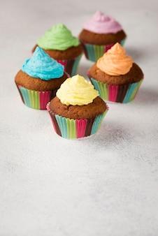 Высокий угол украшения с вкусными кексы для вечеринок