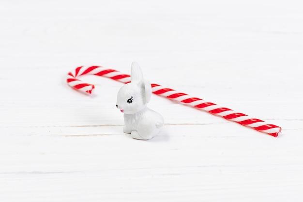 Высокий угол декора с белым кроликом и конфетой
