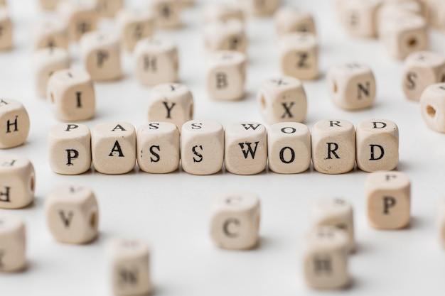 Alto angolo di cubi di legno sfocati con password