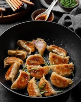Вкусная азиатская еда с зеленью под высоким углом