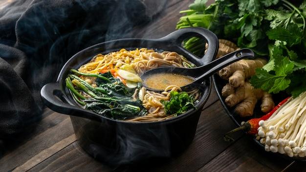 テーブルの上の高角度のおいしい麺の品揃え