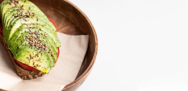 Alto angolo di deliziosi toast di avocado sulla piastra con spazio di copia