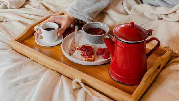 Colazione e caffè deliziosi ad alto angolo