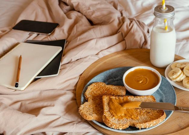 Вкусный завтрак под высоким углом в постели