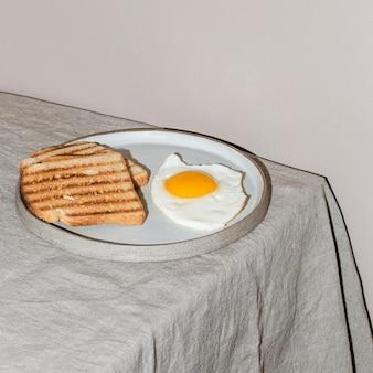 Вкусный ассортимент блюд для завтрака под высоким углом