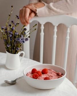 Вкусный завтрак под высоким углом с малиной