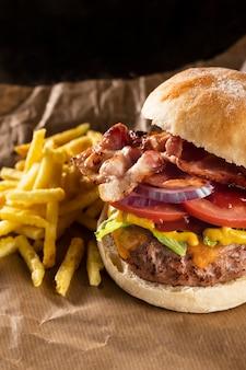 높은 각도 맛있는 햄버거 구성