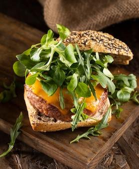 ハイアングルの美味しいハンバーガー組成物