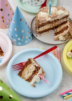 皿の上の高角度のおいしいケーキ