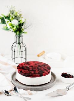 Высокий угол вкусный торт с цветами