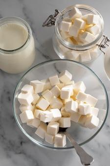 Вкусный сыр и йогурт под высоким углом