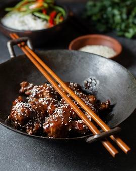 Delizioso piatto di pollo ad alto angolo con bastoncini