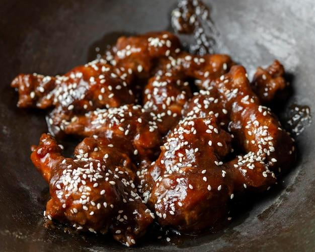 Piatto delizioso di pollo ad alto angolo