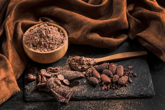 濃い布にハイアングルのおいしいチョコレートの盛り合わせ