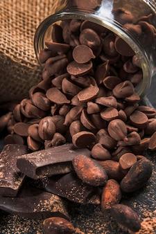 暗い布のクローズアップの高角度のおいしいチョコレート組成物