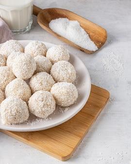 Вкусные кокосовые конфеты под высоким углом