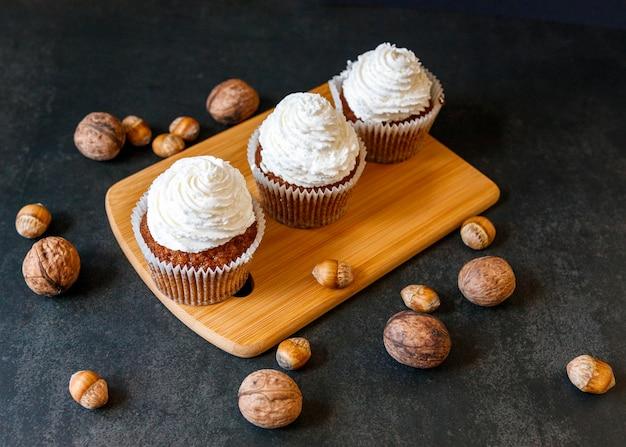 Alto angolo di deliziosi cupcakes concetto