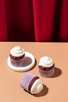 テーブルの上の高角度のおいしいカップケーキ