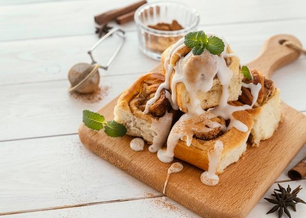 Вкусный десерт под высоким углом на деревянной доске