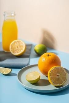 皿の上の高角度のおいしい果物