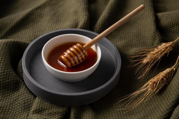 Вкусный мед под высоким углом в миске
