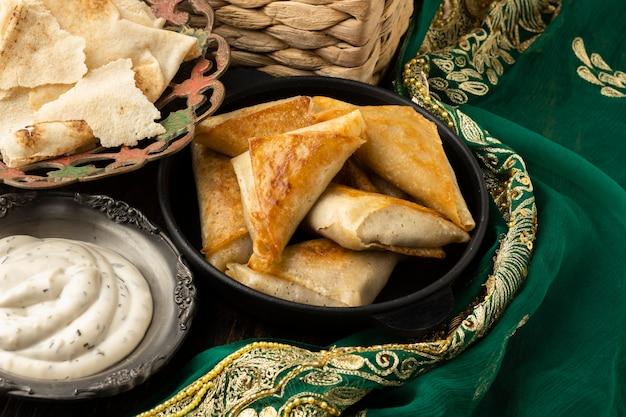 Вкусная индийская еда под высоким углом