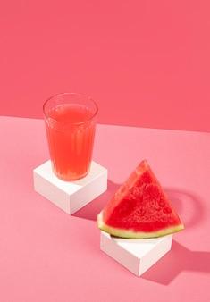 Стакан для вкусного сока под высоким углом