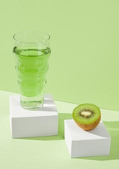하이 앵글 맛있는 키위 주스와 과일