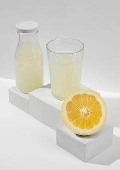 Delizioso succo di limone ad alto angolo