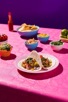 Вкусная еда под высоким углом на столе