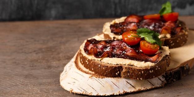 Вкусная еда под высоким углом на деревянной доске