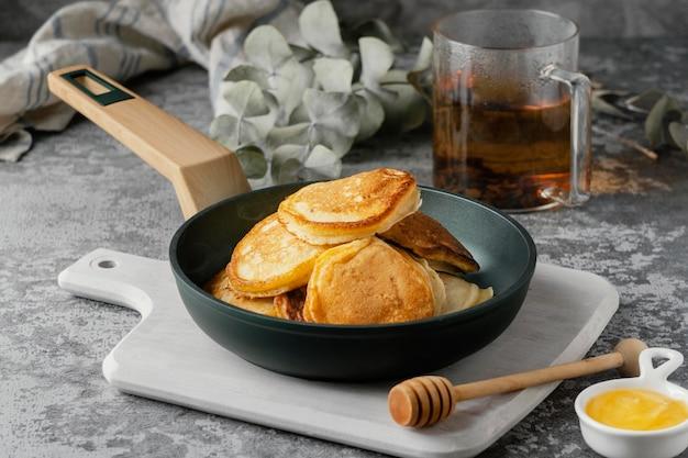 鍋にハイアングルのおいしいパンケーキ