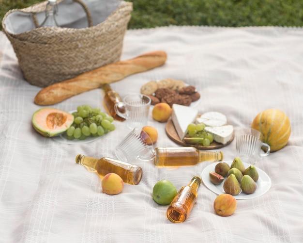 ハイアングルの美味しいピクニックアレンジ