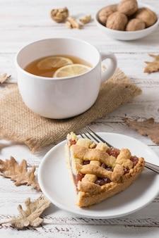 Вкусный кусок пирога под высоким углом и чашка чая