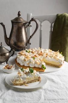 접시에 높은 각도 맛있는 케이크 조각