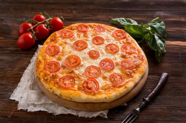 Angolo alto del concetto di pizza deliziosa