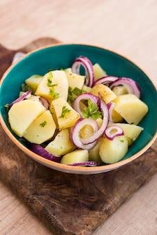 Insalata di patate deliziosa ad alto angolo