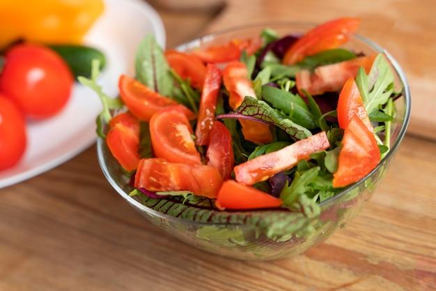ボウルにハイアングルのおいしいサラダ